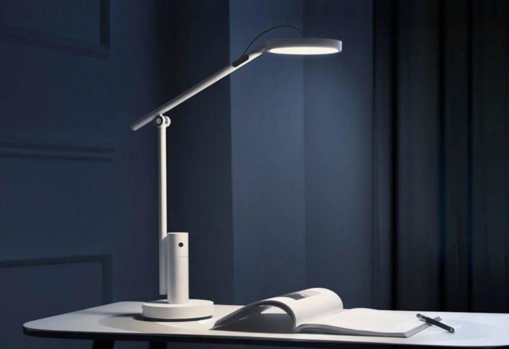 lampa s fotoaparátom, mikrofónom a reproduktorom